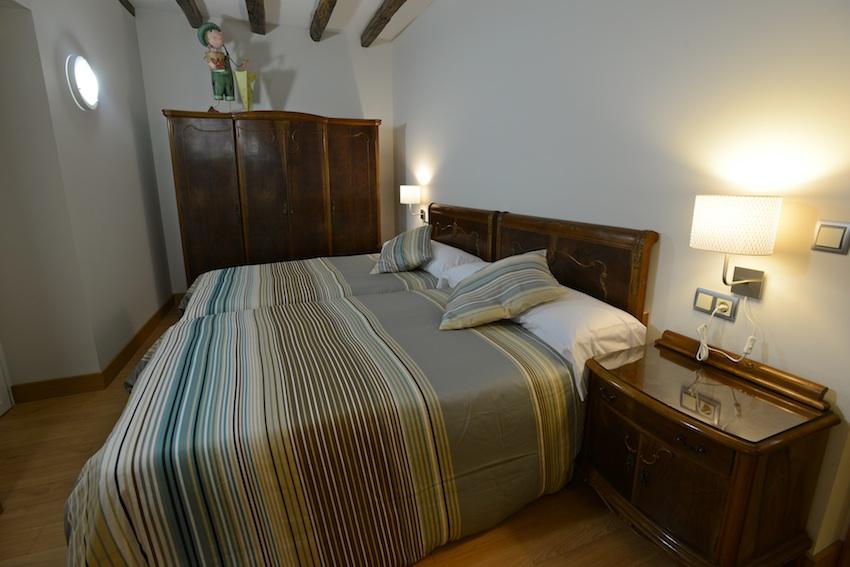 Habitaci n con dos camas grandes casa rural adaptada for Habitacion con dos camas
