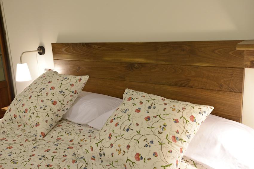 Habitaci n con terraza de noche casa rural adaptada para - Cabeceros cama de madera ...