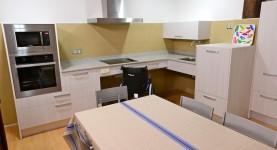 Cocina amplia accesible para personas discapacitadas. Casa Rural UTXUNEA