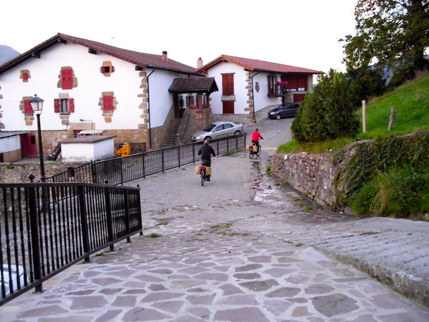 Los visitantes de la Casa Rural UTXUNEA tienen la Vía Verde del Bidasoa en la puerta de casa para disfrutar de este evento. Con sus propias Bicicletas BTT o con las Burricletas para ayudarse en las cuestas, les espera una jornada inolvidable
