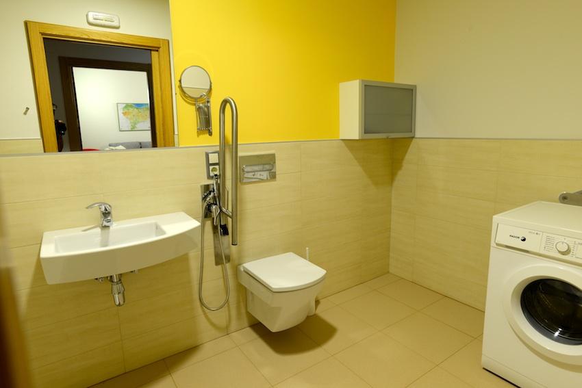 Baño Adaptado O Accesible:Dos grandes baños adaptados Grandes y accesibles