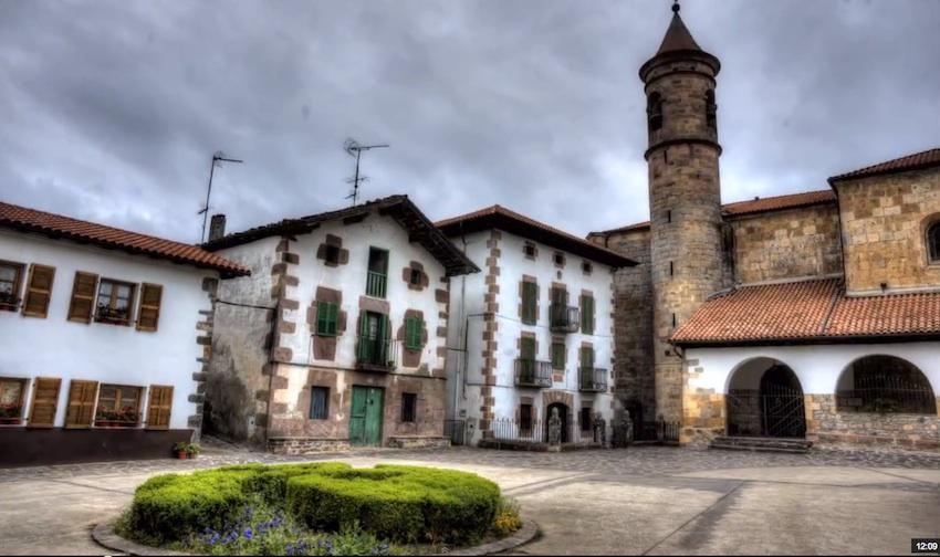 La Plaza de Donamaria y la iglesia que le da nombre